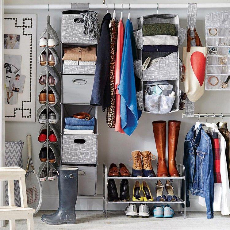 Kleiderschrank Platzsparend Einraumen Mit Diesen 6 Tipps Schaffen Sie Mehr Stauraum Kleiderschrank Platzsparend Hangeschrank Wohnheim Zimmer