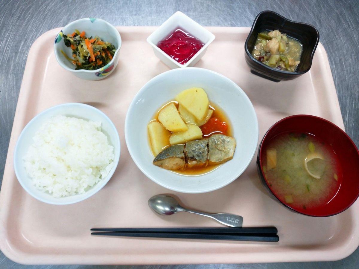 ごはん、味噌汁、銀むつの煮付け、さつま芋と鶏の甘辛煮、青菜の香味醤油和え、ぶどうゼリーでした!