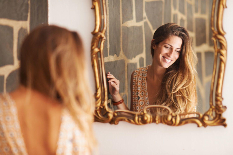Фото женщин перед зеркалом