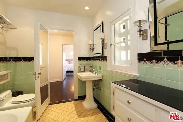 5160 Linwood Dr Los Angeles Ca 90027 Mls 19472372 Zillow In 2020 Retro Bathrooms Vintage Bathrooms Art Deco Bathroom