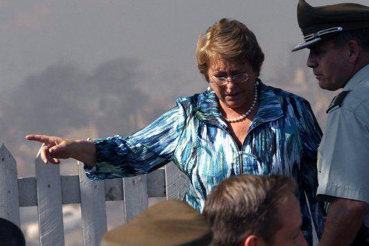 La Presidenta Michelle Bachelet visitó a pobladores del cerro Las Cañas, para evaluar el daño sufrido en el lugar, tras el incendio que afecta desde este sábado a la comuna de Valparaíso.
