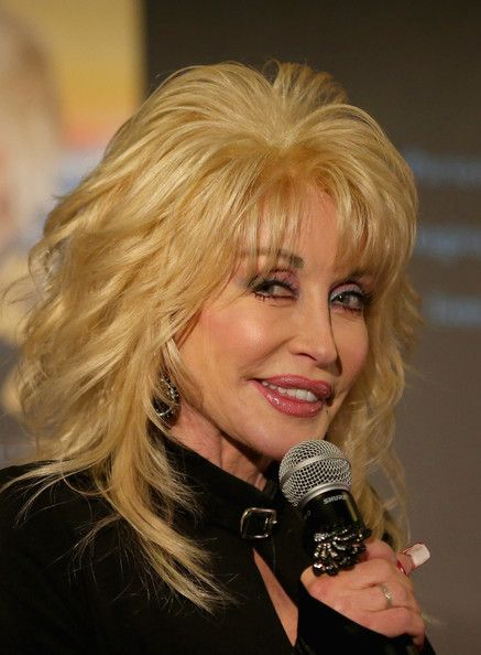 Dolly Parton Photos Photos Dolly Parton Press Conference Hair Styles Hairstyles With Bangs Medium Hair Styles