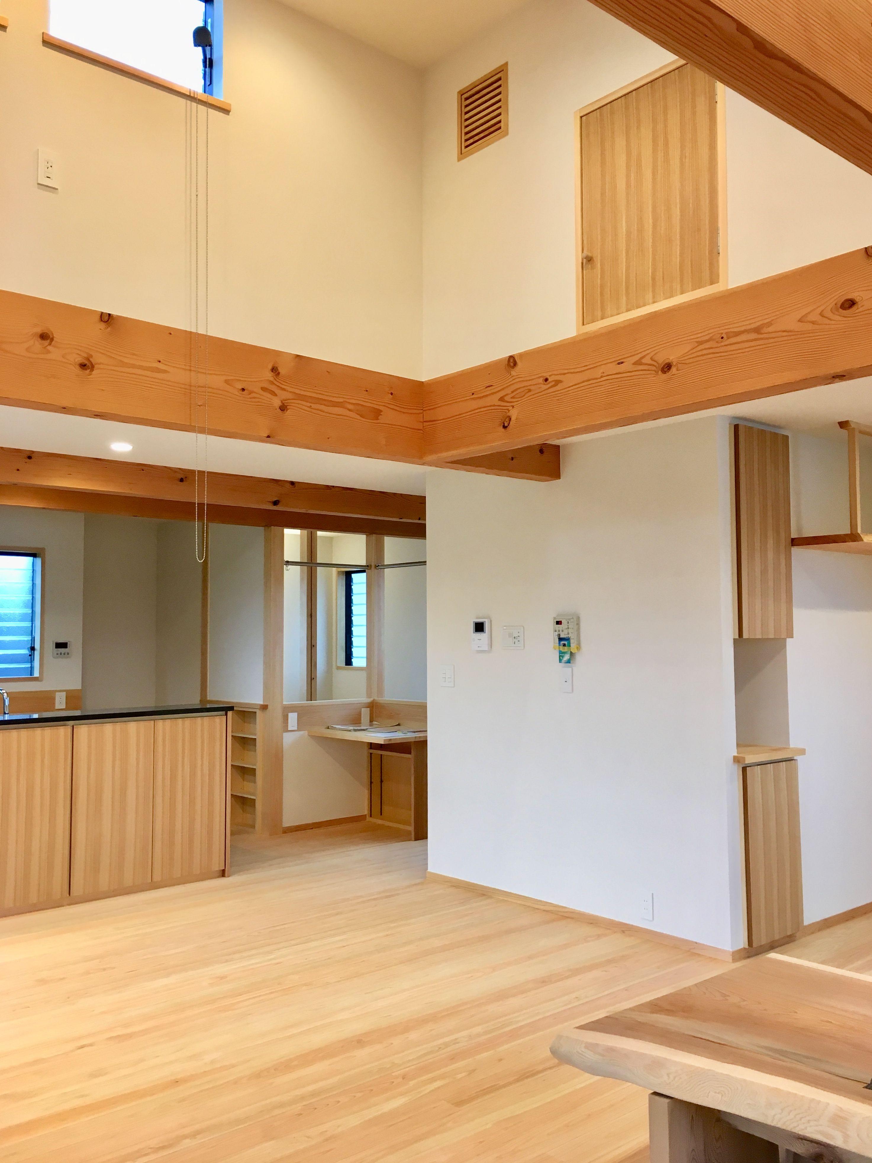 御影石の対面式キッチンに隣接して家事コーナーとロフトがある吹き抜けの2階リビング 2020 2階リビング 家 御影石
