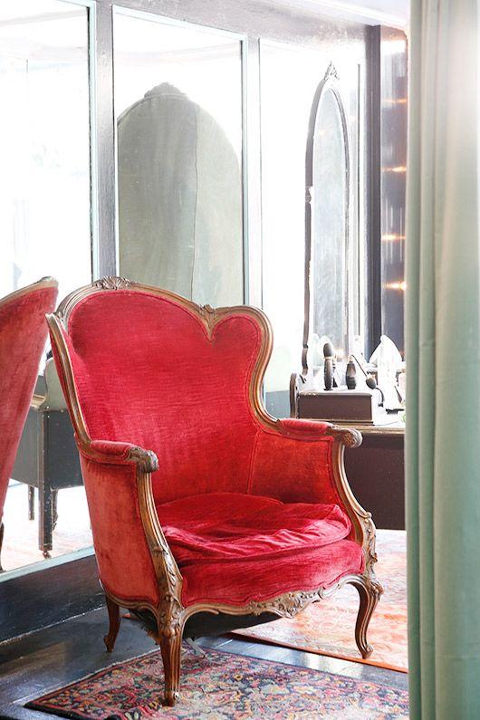 silla de estilo victoriano rojo y coloridas alfombras en tigerlily ...
