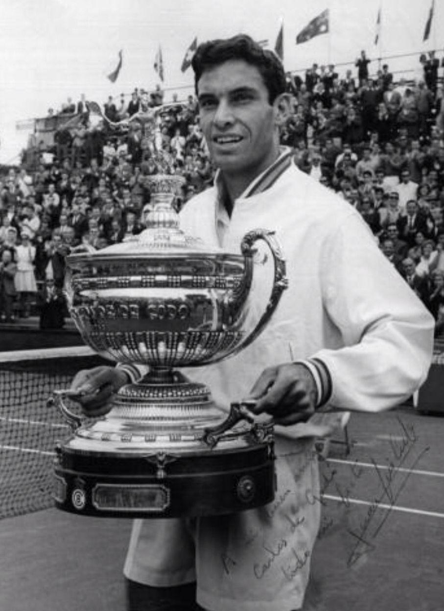 Juan Gisbert. (1942). Tenista integrante del equipo de Copa Davis que llegó por primera vez a la final en 1965 junto a Santana, Couder y Arilla (capitaneados por Jaime Bartrolí). Subcampeón del Open de Australia en 1968. Campeón del Open en tierra batida del Real Club de Tenis Barcelona en 1965, llego a ser el 32 en el ranking ATP
