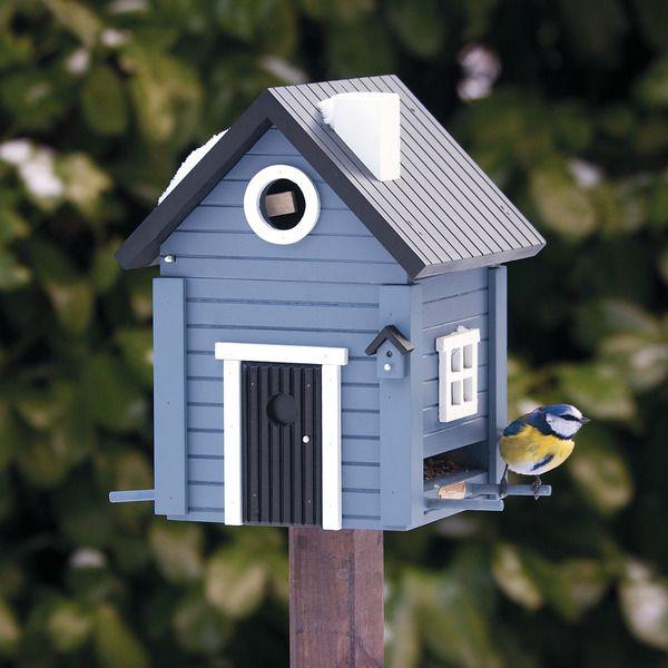 De MULTIHOLK is een unieke combinatie van nestkastje en voederhuisje. De huisjes worden ambachtelijk vervaardigd en kregen reeds een award voor het meest innovatieve, decoratieve en functionele tuinproduct.