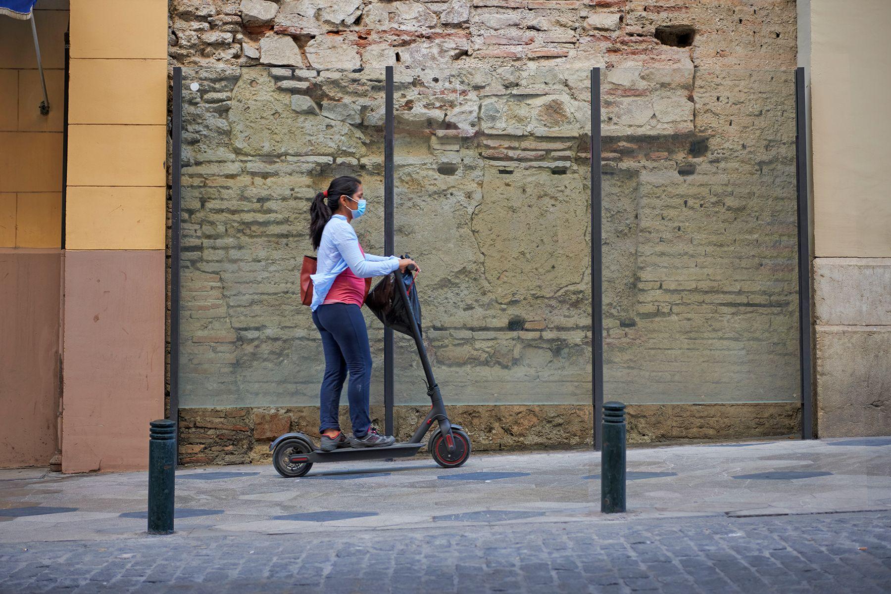 Historias con mascarilla: mujer con patinete