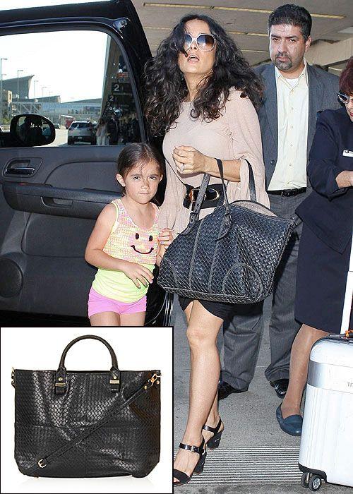 SALMA HAYEK  Un maxi bolso tejido es ideal para viajar. La actriz mexicana siempre viaja con el suyo de la firma Bottega Veneta. Viaja con mucho estilo con este bolso de Topshop, por solo $72.