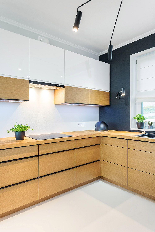 Proste Drewniane Fronty Mebli Doskonale Wpisuja Sie W Minimalistyczna Aranzacje Kuchni Wyposazenie Studio Meble Aranzacja Urzad Home Home Decor Kitchen