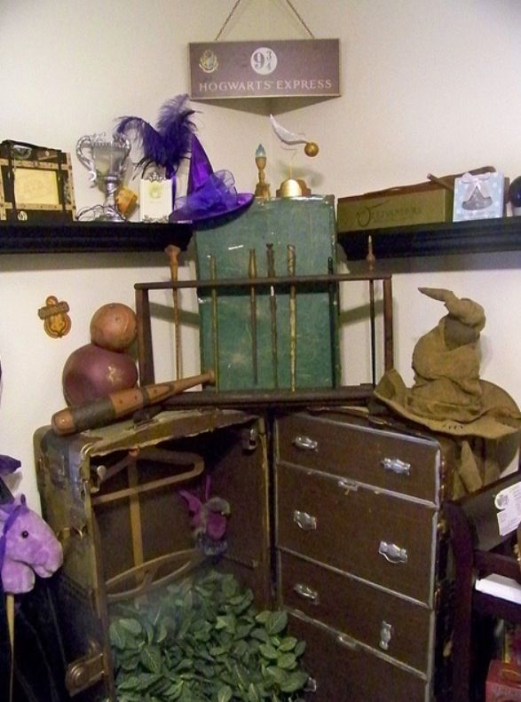 Random nicknacs. Love the trunk.   Harry potter room ...