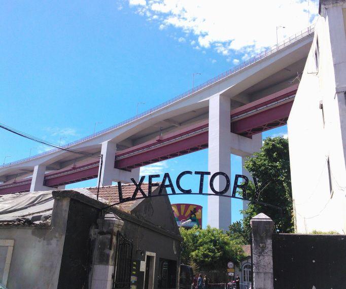 LX Factory, luovien alojen myymälöitä, työtiloja jne. Alcântaran juna-aseman lähistöllä, 25 de Abril -sillan juuressa. Sunnuntaisin kirpputori!