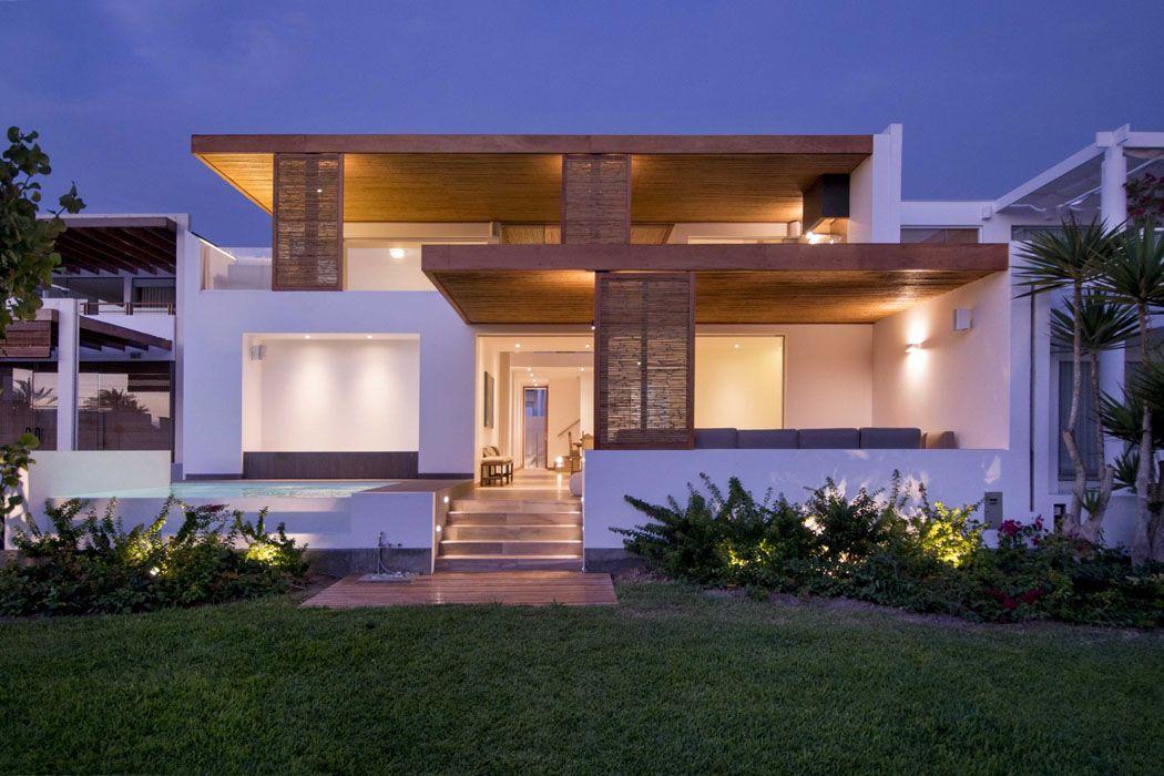 villa bord de mer design avec façade blanche et toitures en bois - facade de maison moderne