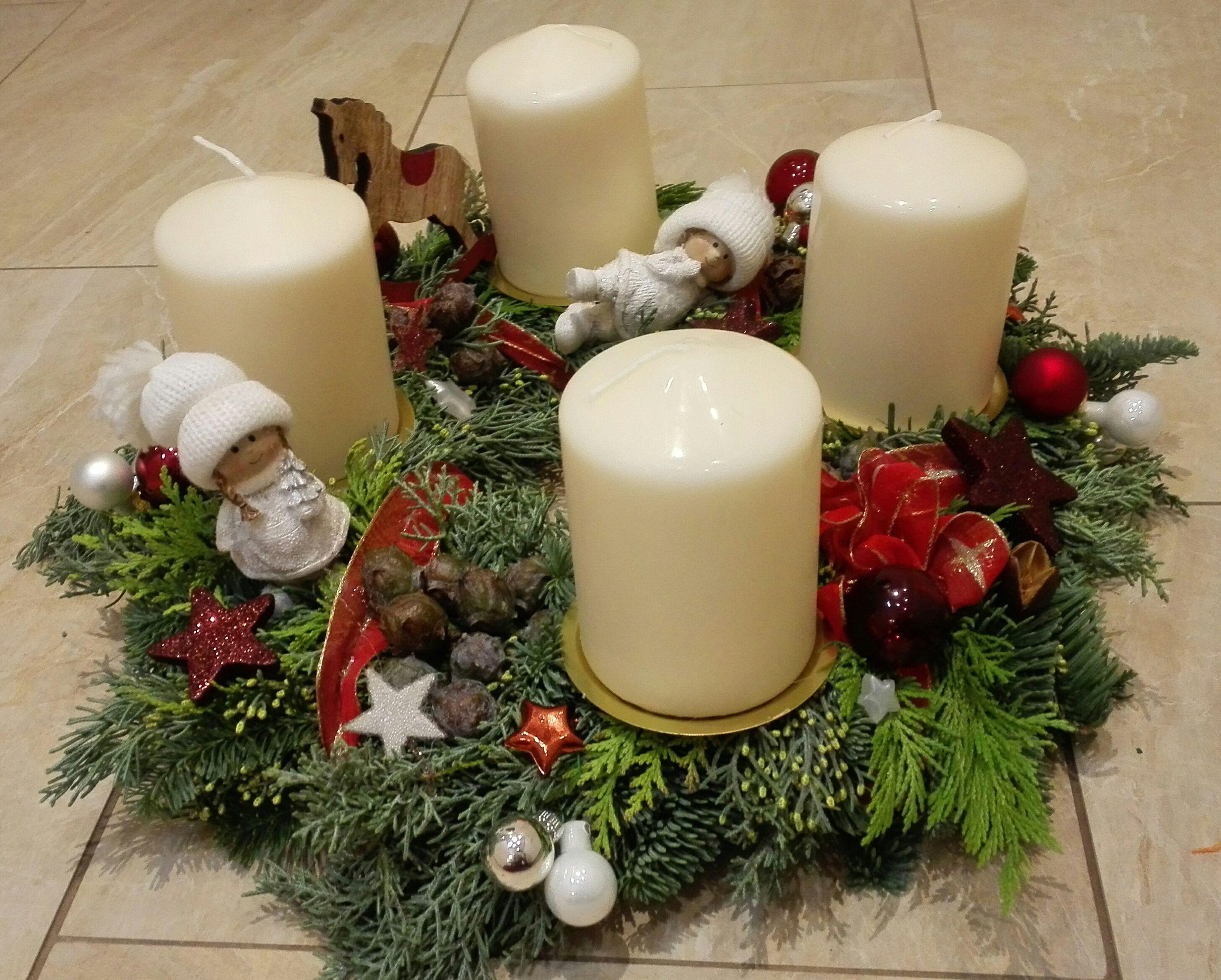 adventskranz weihnachtskranz advent deko m dchen rot wei x mas wei e kerzen x mas deko. Black Bedroom Furniture Sets. Home Design Ideas