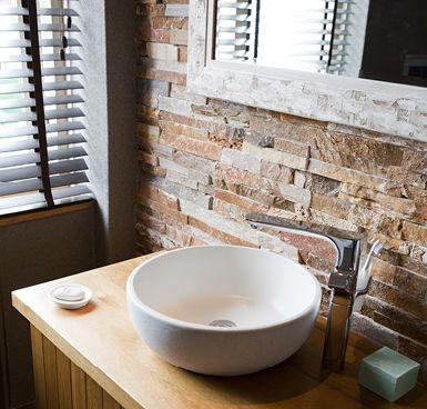 Super leuk die wand met steenstrips op de badkamer! | Badkamer ...
