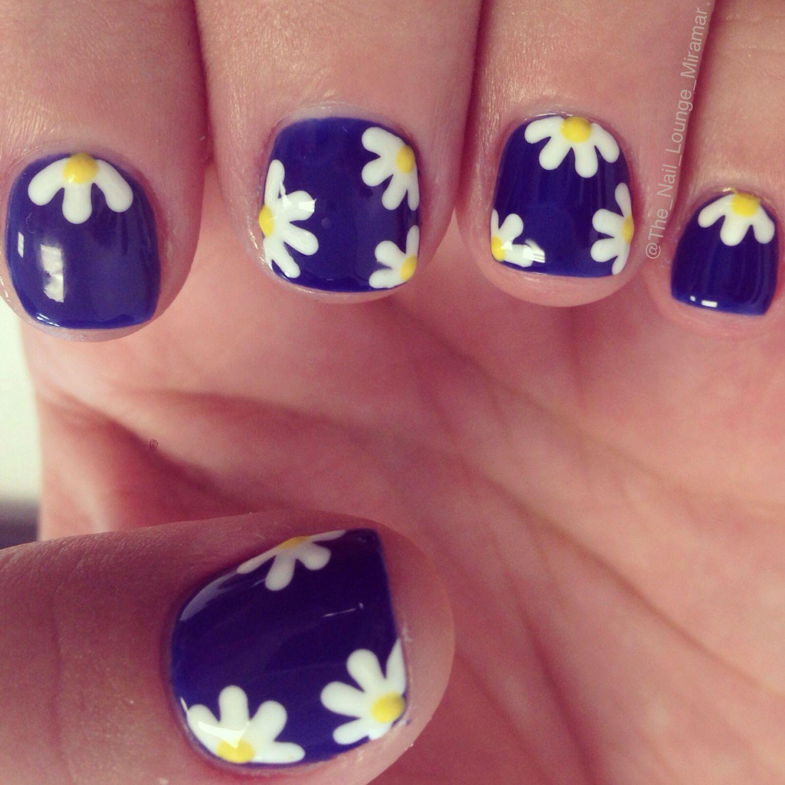 daisy nail art design