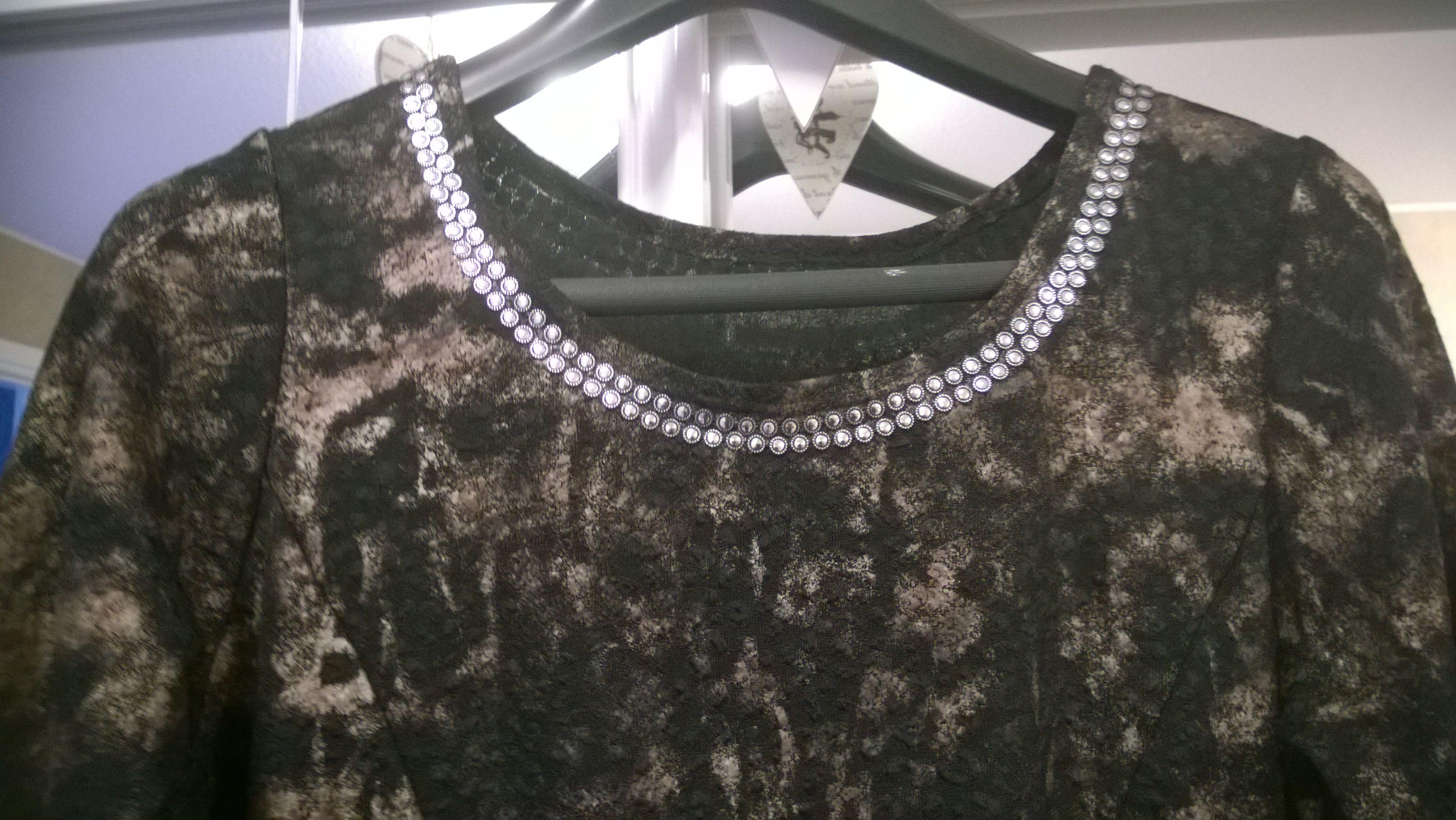 BlingBlingiä mekkoon liimattuna