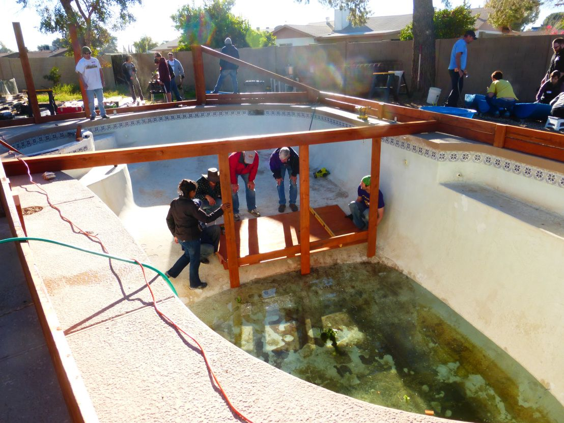 These Folks Feed Their Family With A Garden In Their Swimming Pool And You Can Too