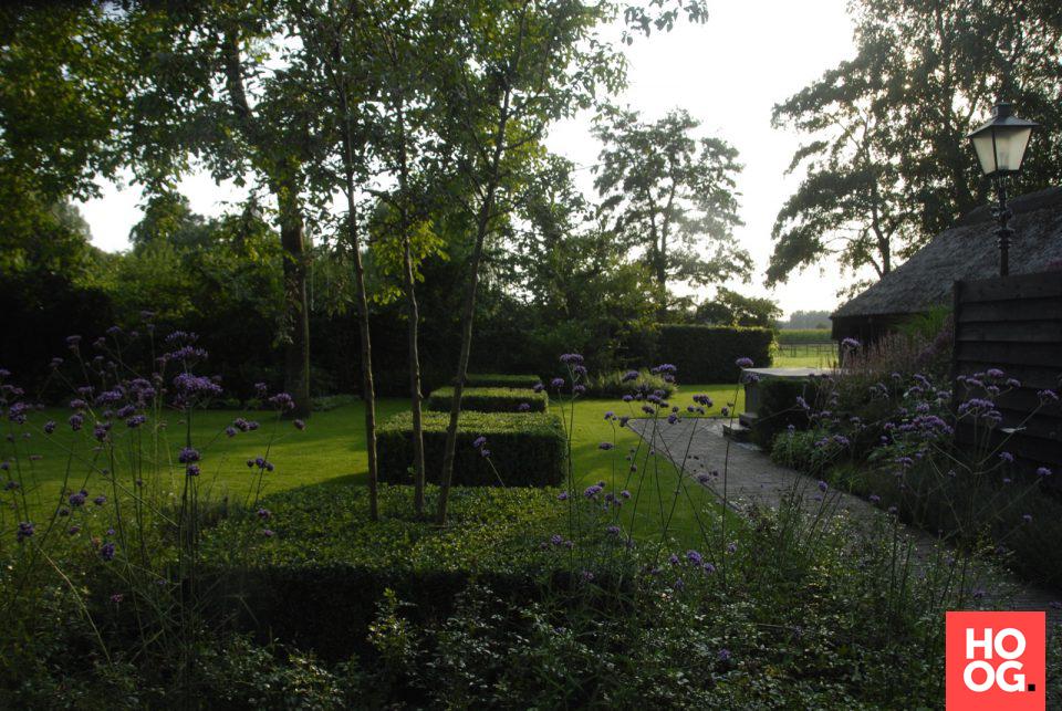 Anne laansma boerderijtuin met doorkijk naar het achterliggende