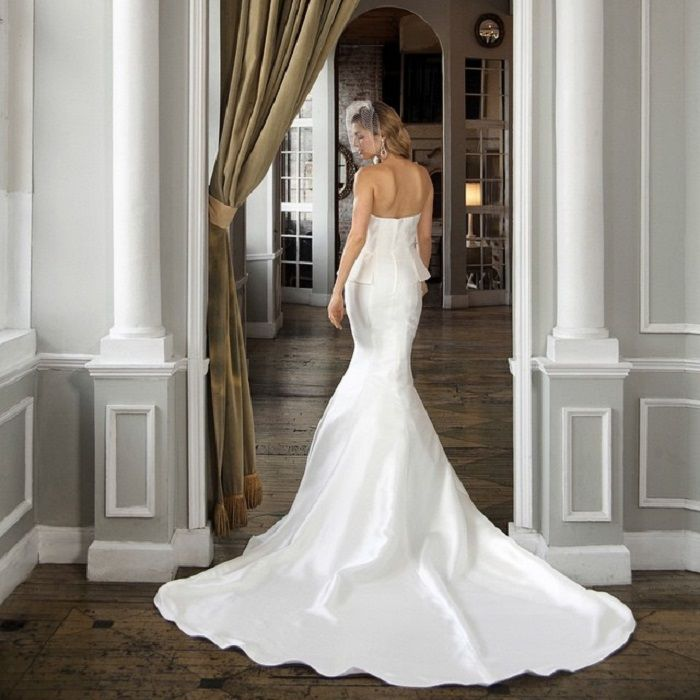 Beautiful Strapless wedding dress | Fit and Flare wedding gown #weddinggown #weddingdress #bridalgown #bridaldress #weddingdress