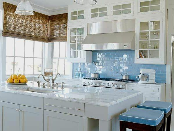 une cuisine moderne en blanc et bleu avec un îlot de cuisine