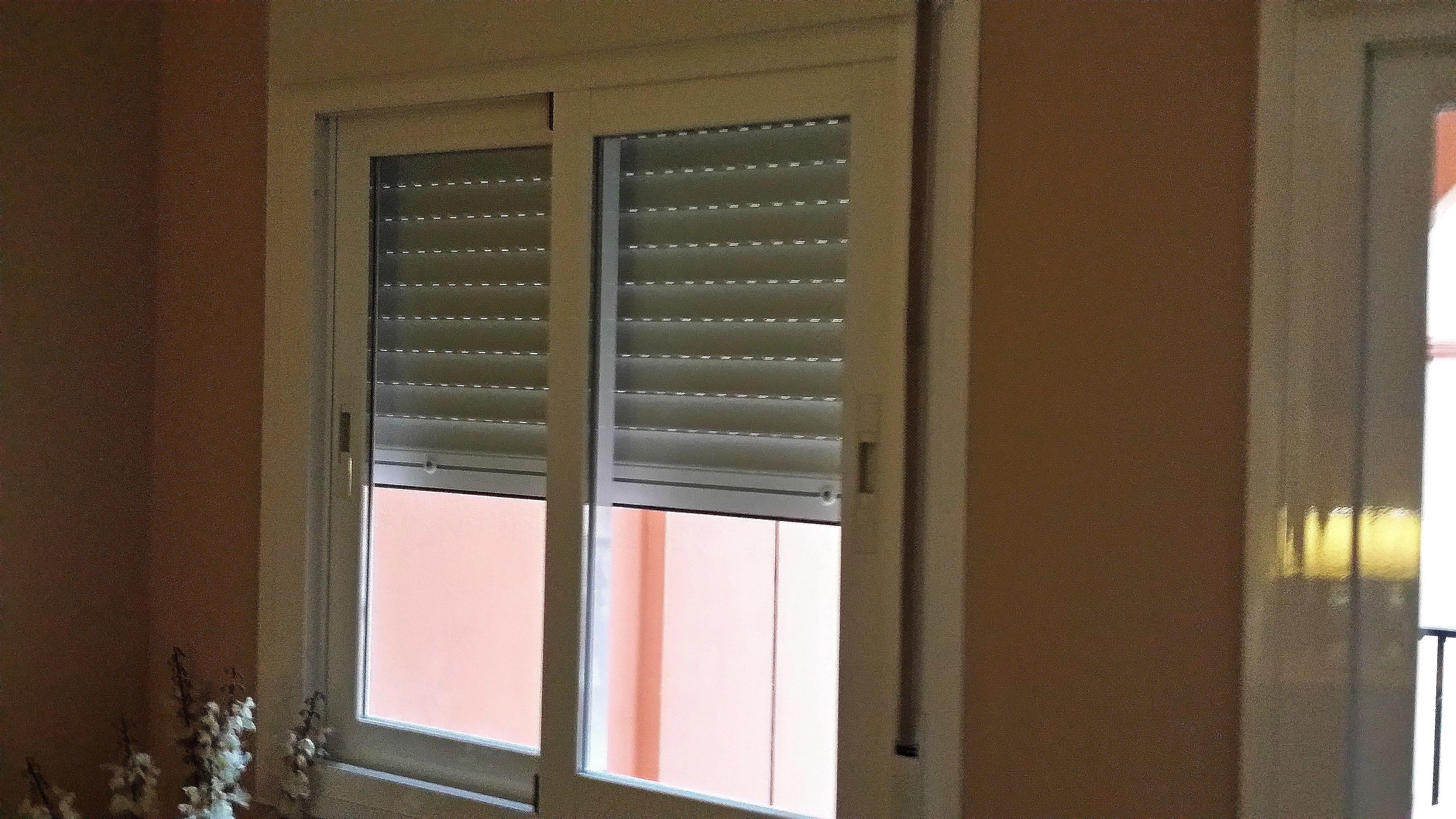 Ventana de aluminio con persiana color blanco cerrajeria for Ventanas con persianas incorporadas