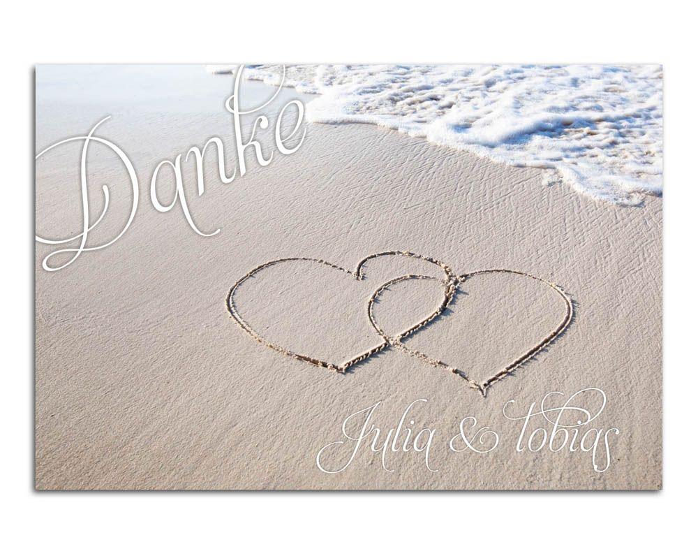 Maritime Dankkarte mit Herzen im Sandstrand am Meer für