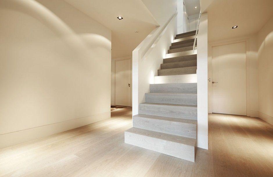 Een nieuwe vloer met daarbij een schitterende nieuw for Houten trap behandelen