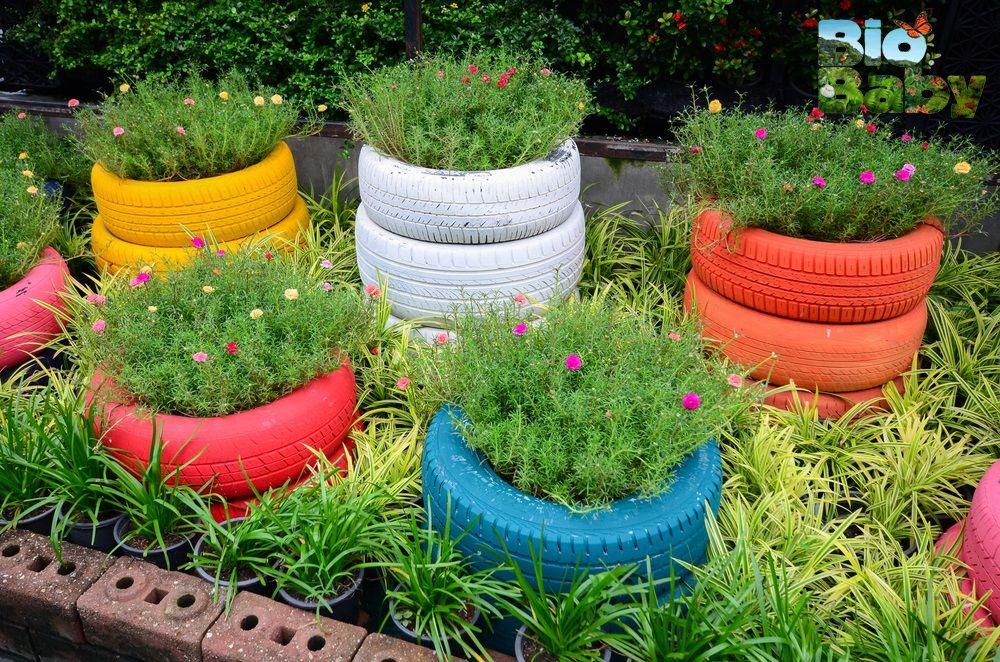Pinta llantas de diferentes colores y úsalas como macetas en tu jardín