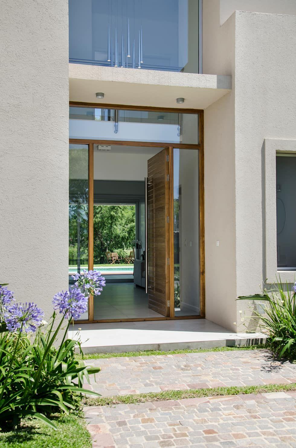 Puerta principal ventanas de estilo por parrado for Puertas de entrada de casas modernas