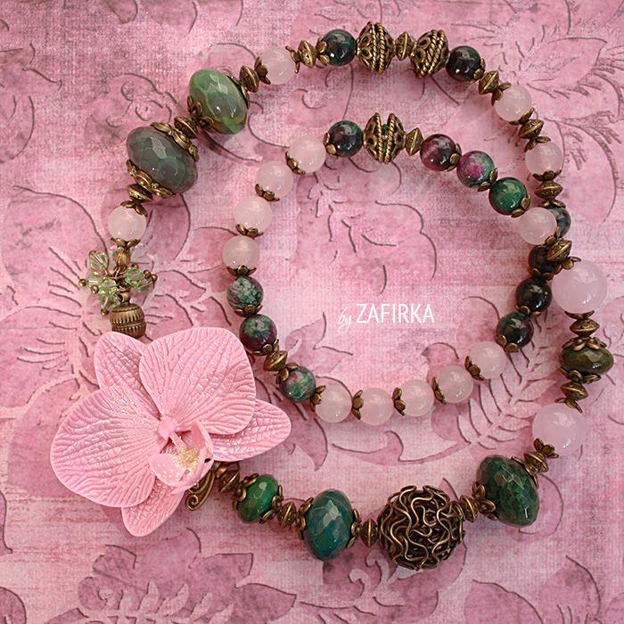 Ожерелье из камней с розовым цветком