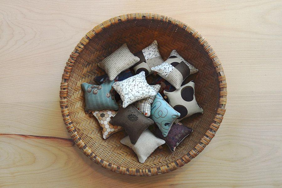 Alfileteros para Reunión. Son de lino y piezas de algodón que fueron llegando en valijas de viaje.