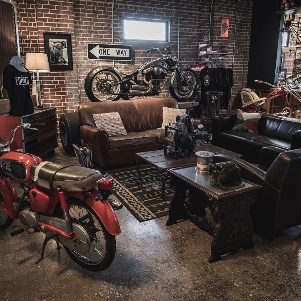 Idee De Garage Voiture Moto Avec Design Industriel Pour Un Sous Sol De Gars Idee Deco Garage Deco Loft Industriel Deco Salon Industriel