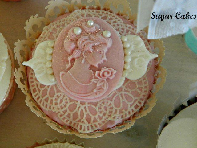 Vintage wedding cupcakes by Sugar Cakes
