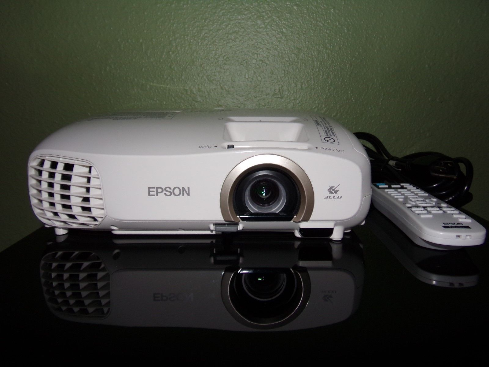 Epson PowerLite Home Cinema p 3LCD Projector Near Mint