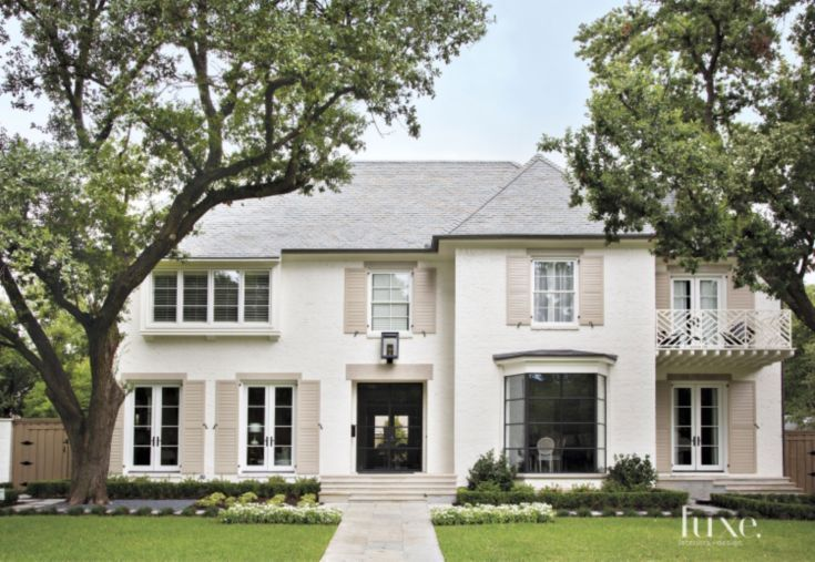 A White Painted Brick Dallas Residence Exudes Southern Style In 2020 Painted Brick House Painted Brick Exteriors Exterior Brick