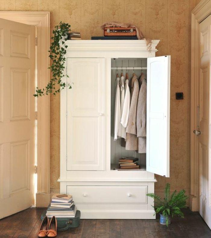 relooker un meuble armoire repeinte en blanc parquet en bois papier peint use plantes penderie livres chambre rustique chic