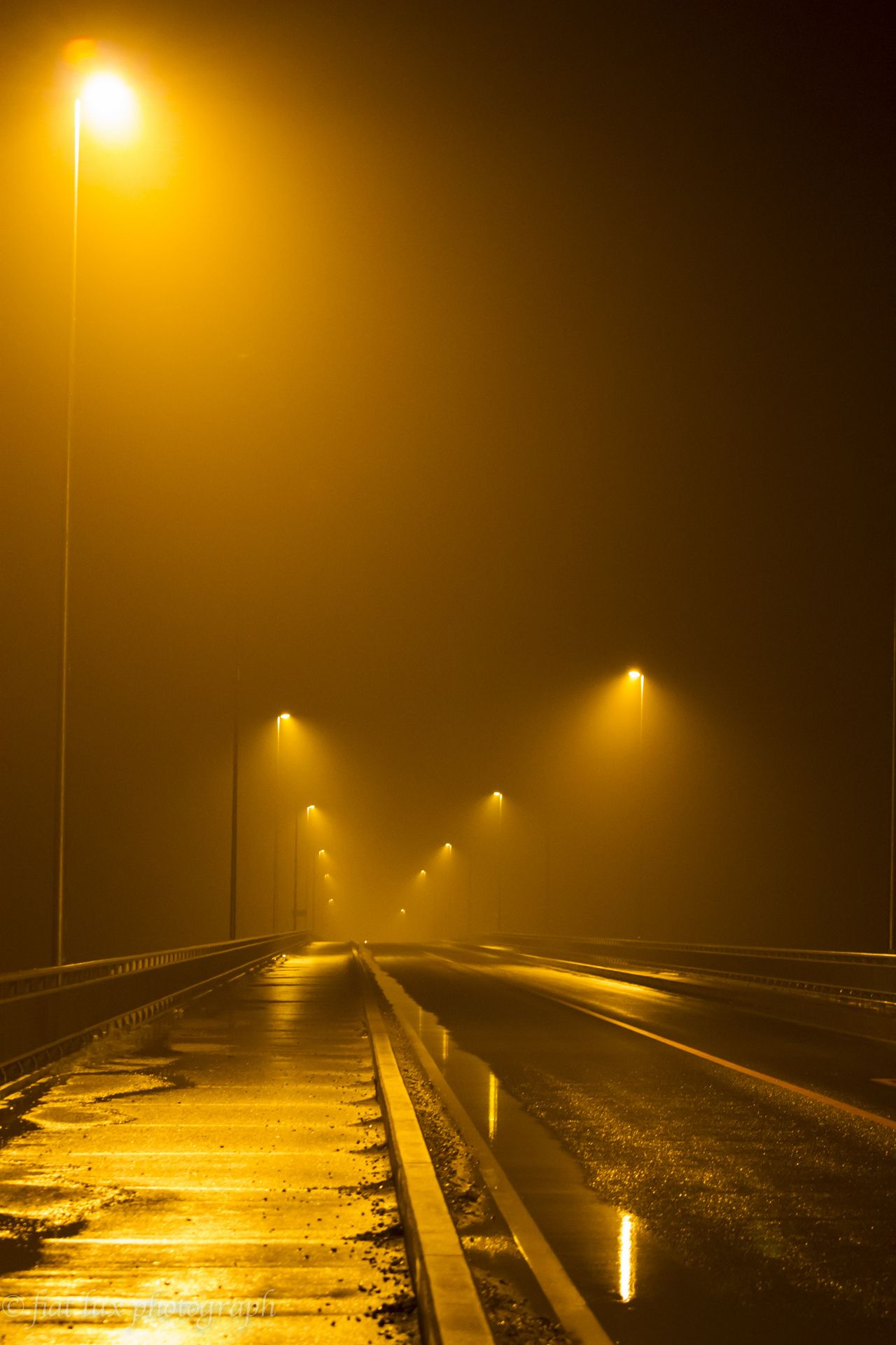 Photo Foggy night on the bridge