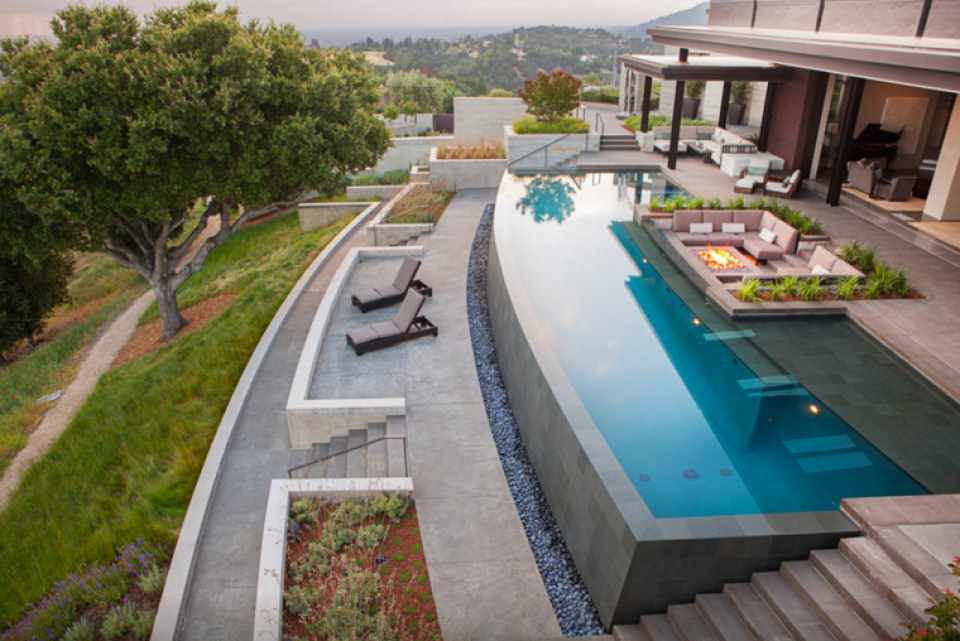 Attraktiv The Backyard Features An Infinity Pool With Sweeping Views Of The San  Francisco Bay And Silicon Valley.