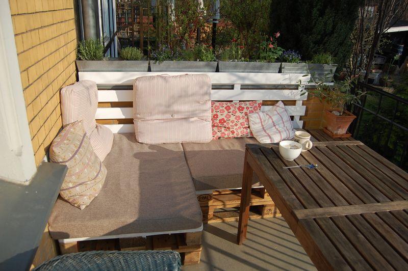 guck mal so einfach kannst du dir f r wenig geld aus altholz eine coole paletten lounge f r. Black Bedroom Furniture Sets. Home Design Ideas