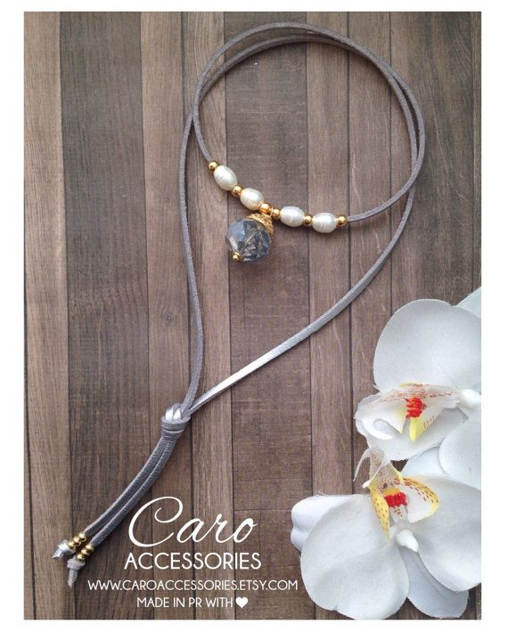 09173a39cd4d Collar en gamuza metalica plateada. Perlas de agua dulce y ...
