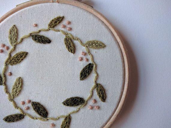Kleine rosa und Grünen Kranz Stickerei Hoop Kunst 4/ von NiceyNicey