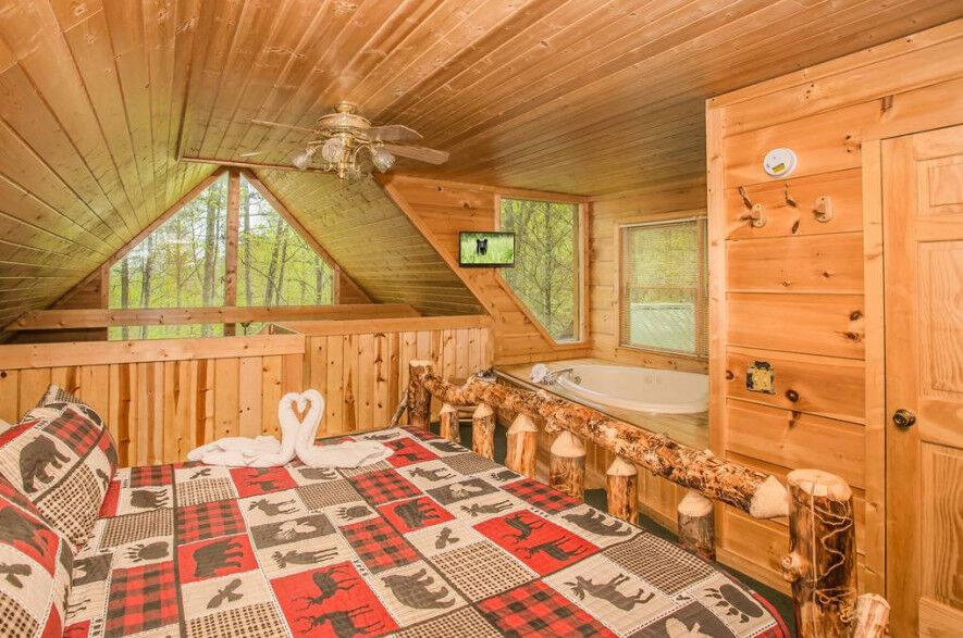 A Beary Cozy Getaway 1 Bedroom Sevierville Cabin Rental Honeymoon Cabin Cabin Tub Shower Combo