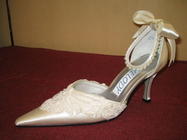 Lace Wedding Shoes Dresses Guide Tagged With Wedding Dress Shoes Jpg 640 480 Bridal Shoes Unique Wedding Shoes Ivory Wedding Shoes