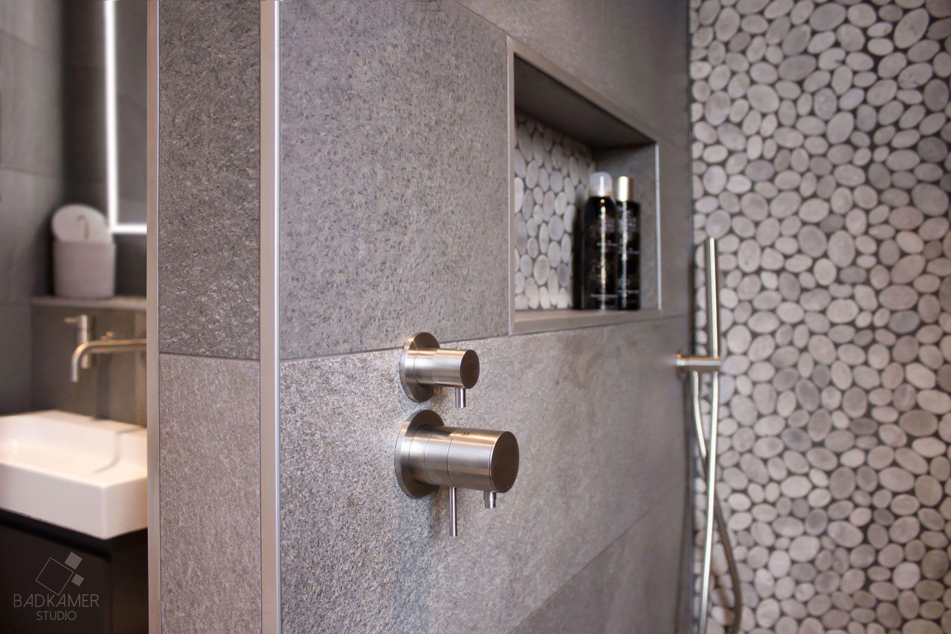 Moderne badkamer in vleuten met antraciet tegels kiezelwand nis