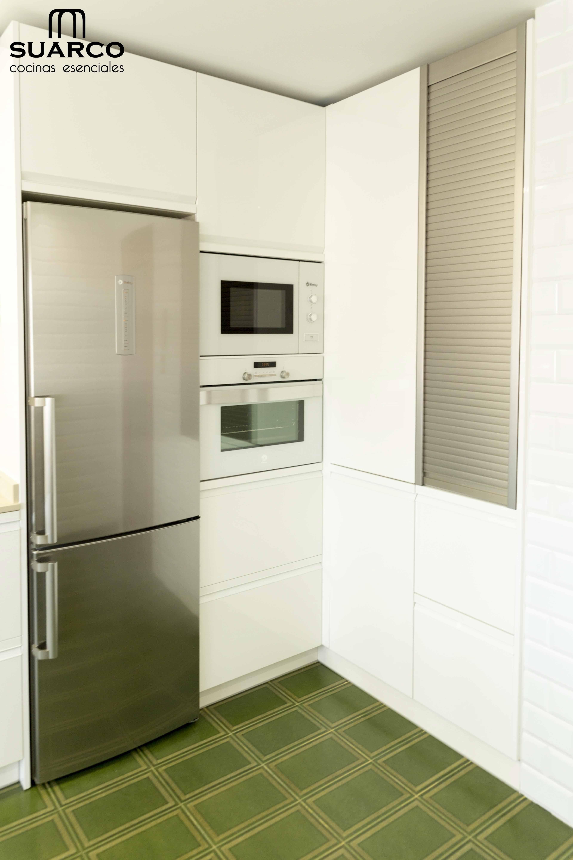 Cocina Blanca Moderna De 15 Metros Cuadrados En Forma De L Con Encimera De Silestone Cocinas Blancas Cocinas Blancas Modernas Cocina Estrecha