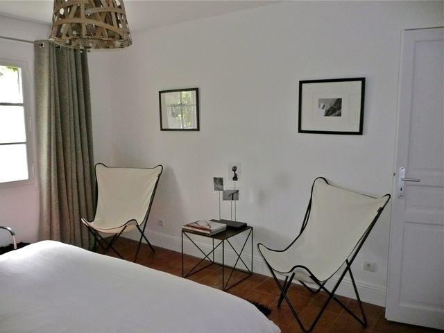 Sillas butterfly en habitaci n en mas de bassette un peque o hotel en francia en una antigua - Sillas de habitacion ...