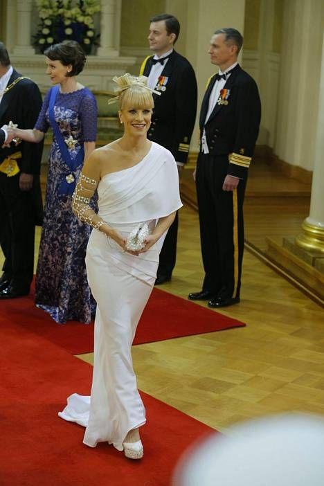 Laura Voutilaisen erikoista pukua ihasteltiin vuoden 2012 Linnan juhlissa.