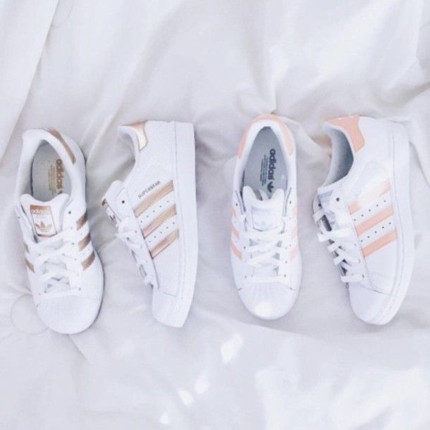 newest c51ab 37e19 Wheretoget - White Adidas Superstar sneakers with gold stripes