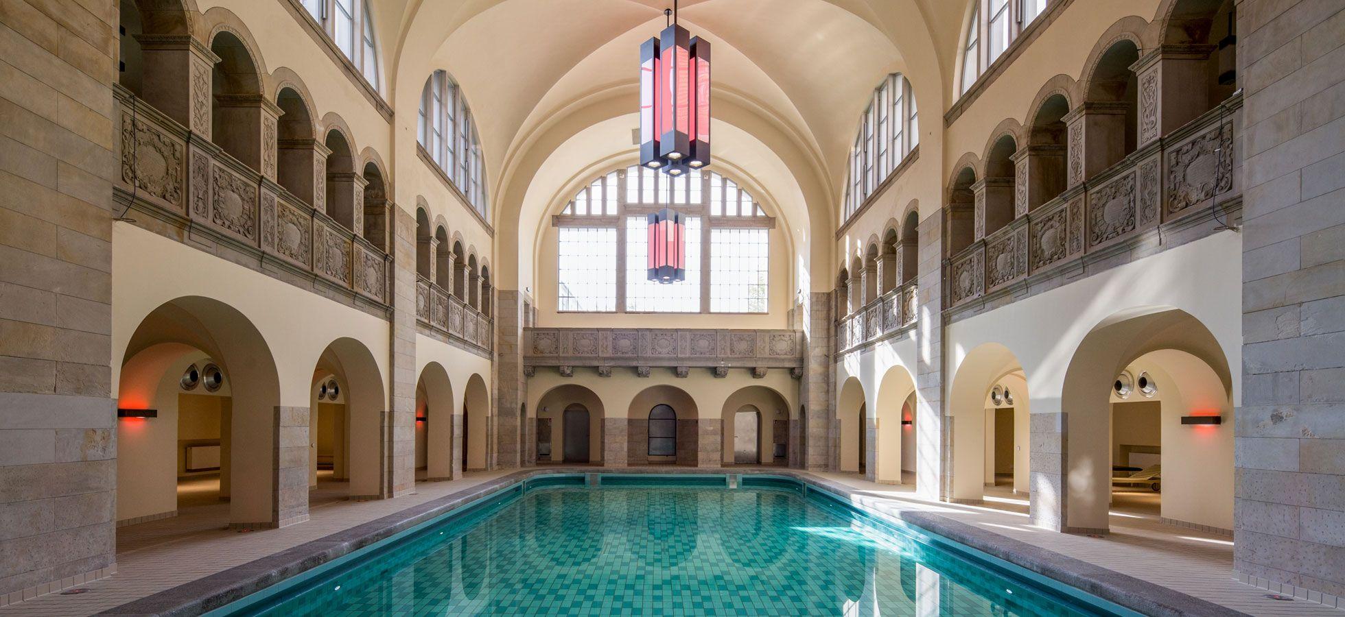 Die Schwimmhalle ist das Herzstück des Stadbades. Seit 1986 ist hier niemand mehr geschwommen. Das Bad wurde aufwändig saniert, historisch baden und schwimmen – wie früher, aber eben doch anders. Das Schwimmbecken ist 20m lang und 1.35m tief, die Wassertemperatur beträgt 24 Grad. Das Bad ist seit 17.10.2016 eröffnet. Bitte prüfen Sie vor …