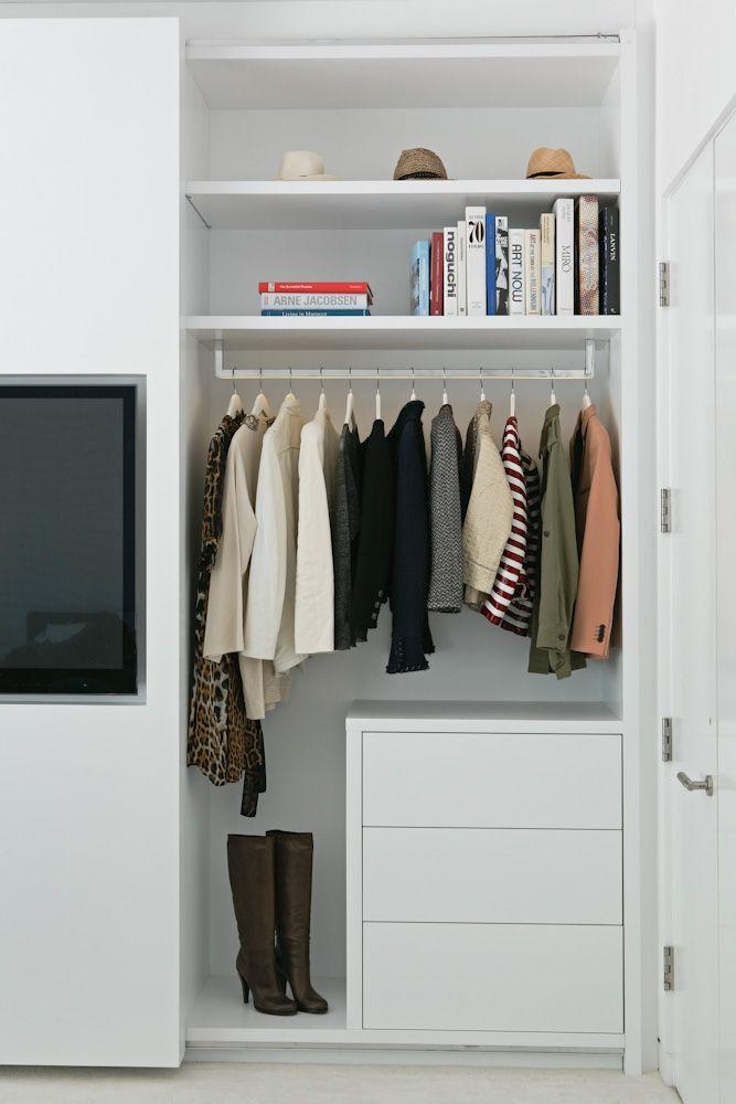 In de schuifdeur van deze strakke slaapkamer inbouwkast is de TV ...